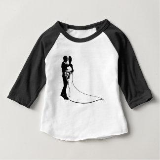 Les jeunes mariés fleurissent la silhouette de t-shirt pour bébé