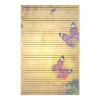 Les jolis papillons ont rayé le papier de papeterie