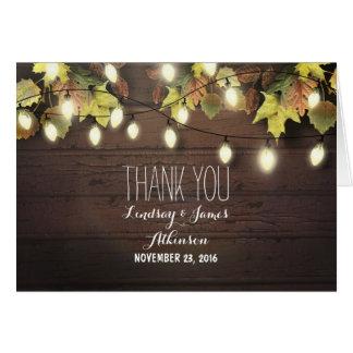 Les lumières de ficelle et le feuille rustiques de cartes de vœux