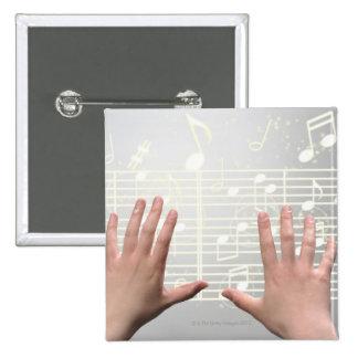 Les mains de la femme badge