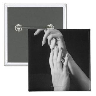 Les mains de la femme badges