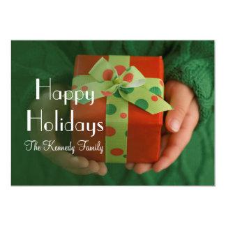 Les mains de l'enfant tenant un présent carton d'invitation  12,7 cm x 17,78 cm