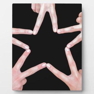 Les mains des filles faisant l'étoile forment sur plaques d'affichage