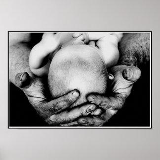 Les mains protectrices sûres du père affiches