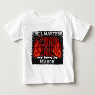 Les maîtres de gril sont nés en mars t-shirt pour bébé