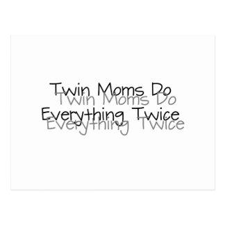 Les mamans jumelles font tout deux fois carte postale