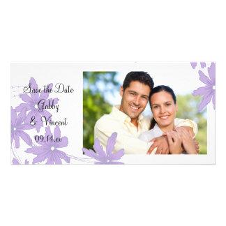 Les marguerites pourpres sur le mariage blanc font modèle pour photocarte