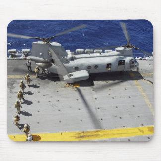 Les marines montent à bord d'un hélicoptère de tapis de souris