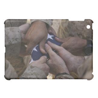Les marines plient un drapeau américain coque pour iPad mini