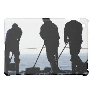 Les marins balayent la baie de hangar coques pour iPad mini