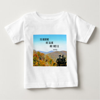 Les montagnes appellent et je dois aller t-shirt pour bébé
