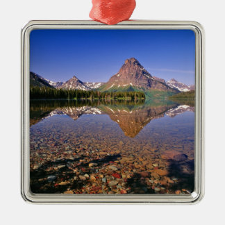 Les montagnes se reflètent dans le lac medicine du ornement carré argenté
