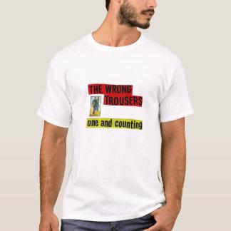 Les pantalons faux : Un et compte de la pièce en t T-shirt