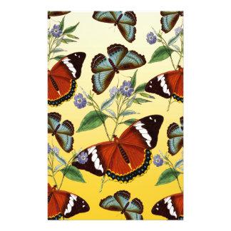 les papillons mélangent le jaune papier à lettre
