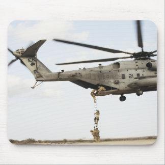Les pararescuemen de l'Armée de l'Air conduisent Tapis De Souris