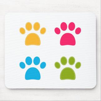 Les pattes merveilleuses de chiens ont coloré tapis de souris