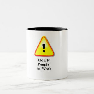 Les personnes âgées au travail mug bicolore
