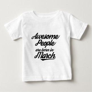 Les personnes impressionnantes sont nées en mars t-shirt pour bébé