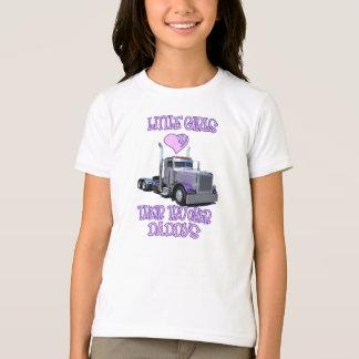 Les petites filles aiment leur habillement de t-shirt