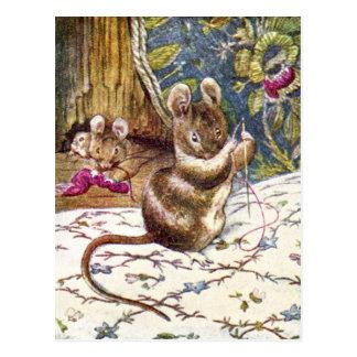 Les petites souris sont occupées à la couture carte postale