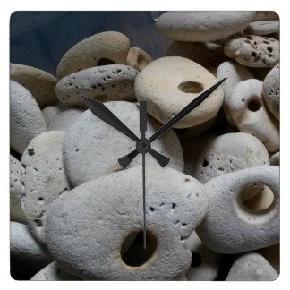 Les pierres avec des trous ajustent l'horloge horloge carrée