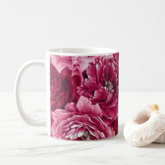Les pivoines roses classiques groupe la tasse