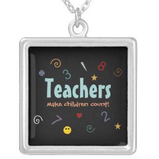 Les professeurs font à des enfants le collier de c