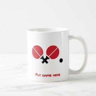 Les raquettes et la boule de ping-pong de mug blanc
