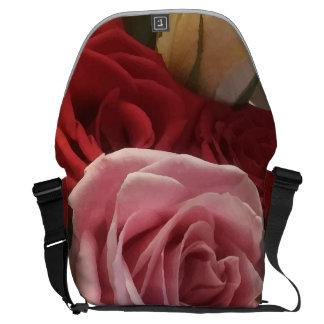 Les roses se ferment vers le haut du grand sac besaces