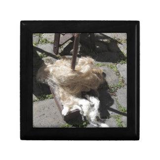 Les rouleaux souples de la laine ont appelé des petite boîte à bijoux carrée