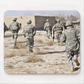 les soldats répondent à une attaque d'armes de tapis de souris