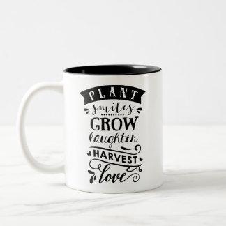 Les sourires de plante élèvent la tasse de café