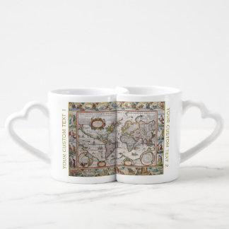 Les tasses du monde du couple antique de carte mugs amoureux