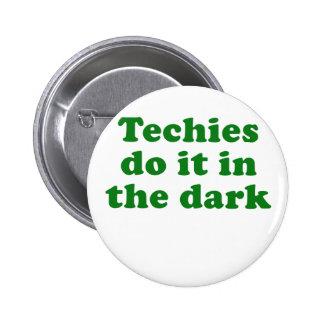Les techniciens le font dans le Dar Badge Avec Épingle
