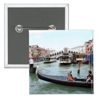 Les touristes dans la gondole regardent le pont de badge