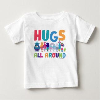 Les trolls | étreint tous autour t-shirt pour bébé