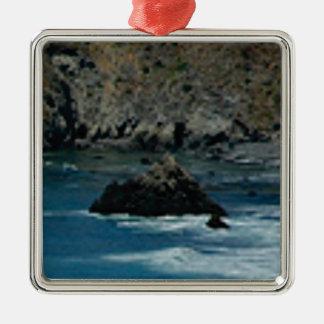 les vagues ont frappé les roches ornement carré argenté