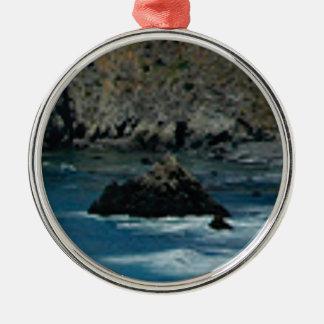 les vagues ont frappé les roches ornement rond argenté
