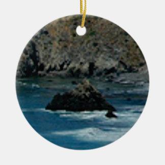 les vagues ont frappé les roches ornement rond en céramique