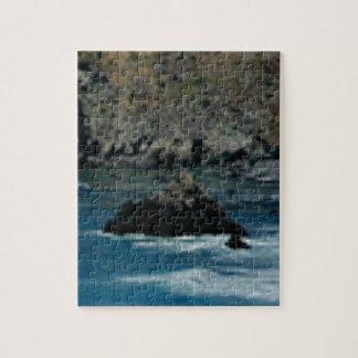 les vagues ont frappé les roches puzzle