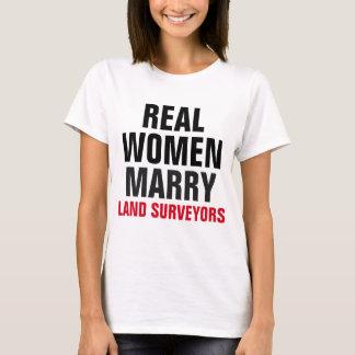 Les vraies femmes épousent des arpenteurs de terre t-shirt