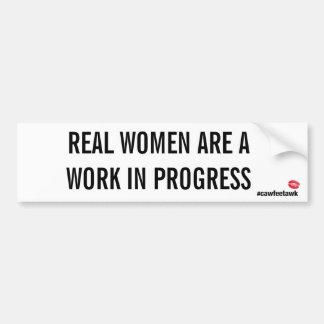 Les vraies femmes sont un travail en cours autocollant de voiture