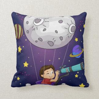 L'espace de coussin et télescope de garçon