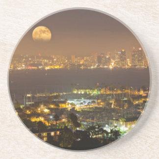 Lever de la lune au-dessus de l'horizon de San Dessous De Verres