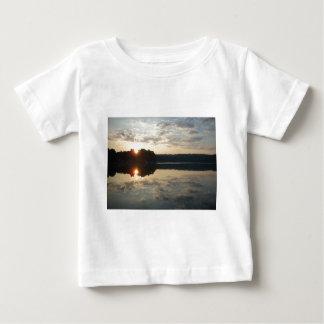 Lever de soleil au-dessus de lac t-shirt pour bébé