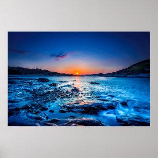 Lever de soleil au-dessus d'horizon au bord de la posters