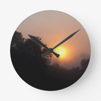 Lever de soleil brumeux de matin horloge ronde