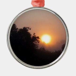 Lever de soleil brumeux de matin ornement rond argenté