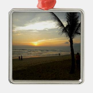 Lever de soleil de plage avec le palmier ornement carré argenté
