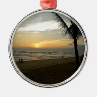 Lever de soleil de plage avec le palmier ornement rond argenté